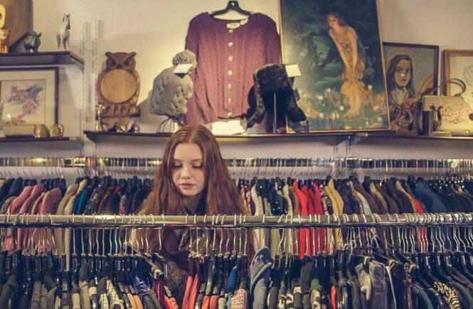 Kvinde kigger på tøj i genbrug