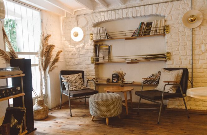 Moderne stue med sofa og stole