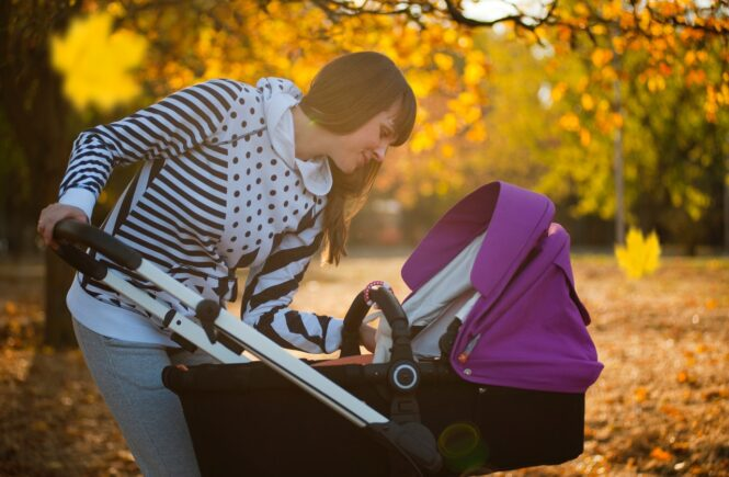 Mor tjekker til sit barn i klapvogn