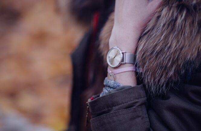 Person har et ur på håndledet