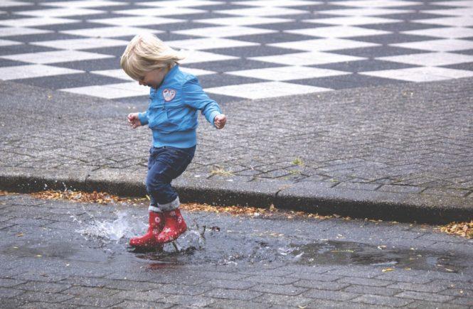Sådan kan du gøre det ustadige vejr nemmere for dit barn